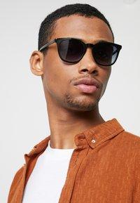 Le Specs - FINE SPECIMEN - Occhiali da sole - black - 1