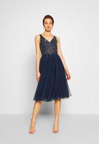 Lace & Beads - SYMPHONY - Koktejlové šaty/ šaty na párty - navy - 1
