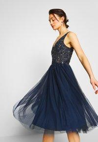 Lace & Beads - SYMPHONY - Koktejlové šaty/ šaty na párty - navy - 3