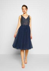 Lace & Beads - SYMPHONY - Koktejlové šaty/ šaty na párty - navy - 0