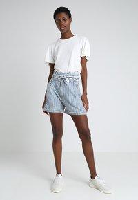 LTB - DORLA - Shorts - blue/white - 2