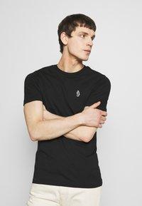 Luke 1977 - JOHNNYS 3 PACK - Basic T-shirt - black/white/navy - 3