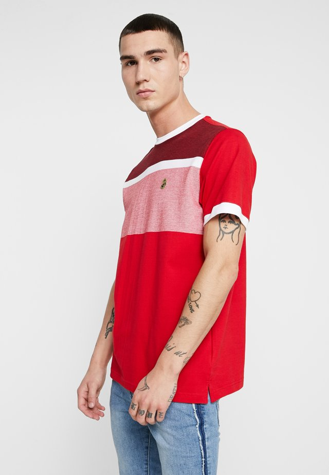 WARNOCK - T-shirt med print - marina red