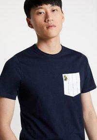 Luke 1977 - GORDEN - T-shirt med print - navy - 3