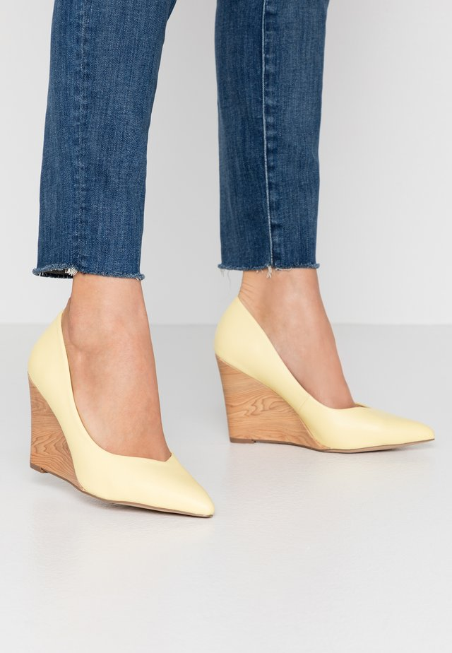 LEYSA - Klassiska pumps - yellow