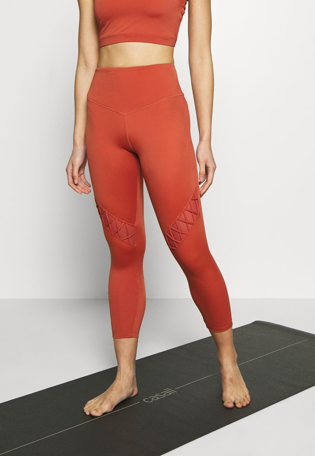 GRACEFUL GRAVITY LEGGING - Tights - rust
