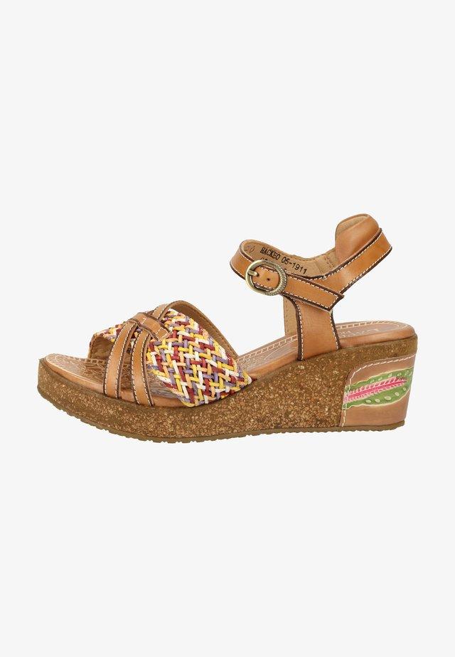 Sandały na platformie - beige