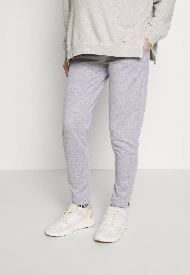 LOVE2WAIT - PANTS TRAVELLER - Teplákové kalhoty - grey