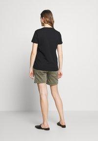 LOVE2WAIT - CARGO - Shorts - green - 2