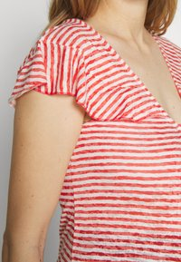 LOVE2WAIT - RUFFLED STRIPED - Printtipaita - red - 5
