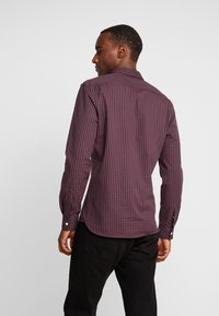 Lyle & Scott - SLIM FIT GINGHAM  - Skjorta - berry/true black - 2