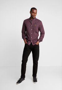 Lyle & Scott - SLIM FIT GINGHAM  - Skjorta - berry/true black - 1