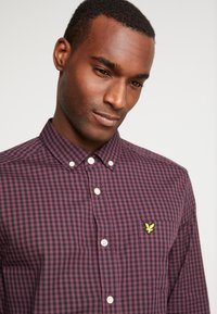 Lyle & Scott - SLIM FIT GINGHAM  - Skjorta - berry/true black - 4