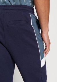Lyle & Scott - SPLICE TRACKPANT - Teplákové kalhoty - navy - 4