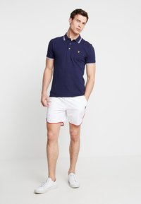 Lyle & Scott - PIPING - Shorts - white