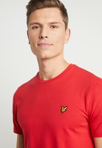 Lyle & Scott - CREW NECK - T-shirt basic - gala red - 4