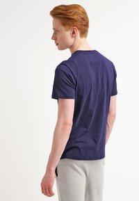 Lyle & Scott - CREW NECK - T-shirt basic - navy - 2