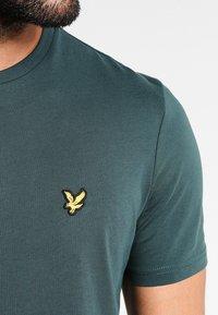 Lyle & Scott - CREW NECK - T-shirt basic - forest green - 3
