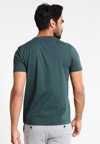 Lyle & Scott - CREW NECK - T-shirt basic - forest green - 2