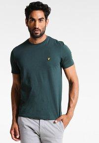 Lyle & Scott - CREW NECK - T-shirt basic - forest green - 0