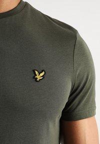 Lyle & Scott - CREW NECK - T-shirt basic - dark sage - 5