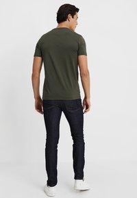 Lyle & Scott - CREW NECK - T-shirt basic - dark sage - 2