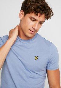 Lyle & Scott - CREW NECK  - T-shirt - bas - stone blue - 4