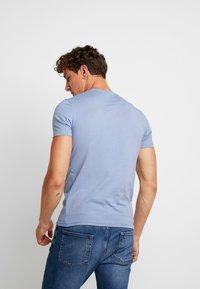 Lyle & Scott - CREW NECK  - T-shirt - bas - stone blue - 2