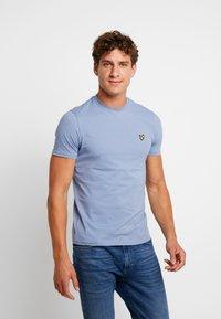 Lyle & Scott - CREW NECK  - T-shirt - bas - stone blue - 0