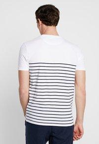 Lyle & Scott - BRETON STRIPE  - T-shirts med print - white/navy - 2