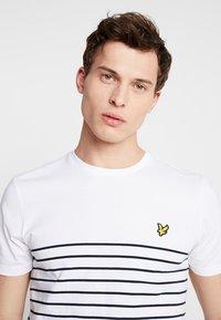 Lyle & Scott - BRETON STRIPE  - T-shirts med print - white/navy - 3