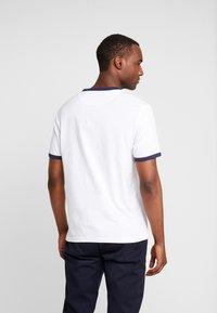 Lyle & Scott - RINGER TEE - T-Shirt print - white/navy - 2