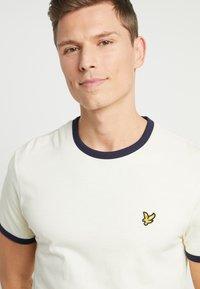 Lyle & Scott - RINGER TEE - T-Shirt print - buttercream/navy - 4