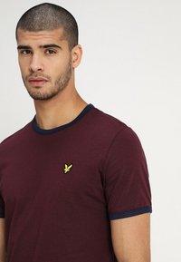 Lyle & Scott - RINGER TEE - T-Shirt print - burgundy/navy - 4