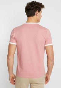 Lyle & Scott - RINGER TEE - T-Shirt print - pink shadow/snow white - 2