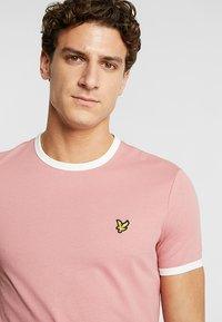 Lyle & Scott - RINGER TEE - T-Shirt print - pink shadow/snow white - 4