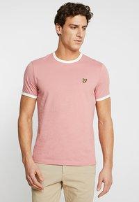 Lyle & Scott - RINGER TEE - T-Shirt print - pink shadow/snow white - 0