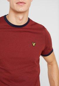Lyle & Scott - RINGER TEE - T-Shirt print - brick red/ navy - 4