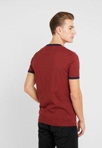 Lyle & Scott - RINGER TEE - T-Shirt print - brick red/ navy - 2
