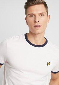 Lyle & Scott - RINGER TEE - T-Shirt print - strawberry cream/navy - 4