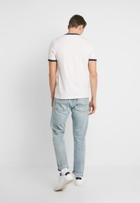 Lyle & Scott - RINGER TEE - T-Shirt print - strawberry cream/navy - 2