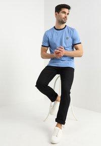 Lyle & Scott - RINGER TEE - T-Shirt print - cornflower blue/navy - 1