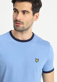 Lyle & Scott - RINGER TEE - T-Shirt print - cornflower blue/navy - 4