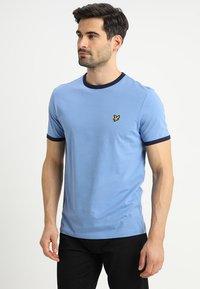 Lyle & Scott - RINGER TEE - T-Shirt print - cornflower blue/navy - 0
