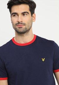Lyle & Scott - RINGER TEE - T-Shirt print - navy/dark red - 4