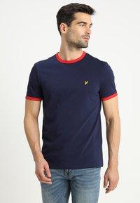 Lyle & Scott - RINGER TEE - T-Shirt print - navy/dark red - 0