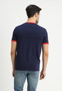 Lyle & Scott - RINGER TEE - T-Shirt print - navy/dark red - 2