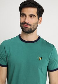 Lyle & Scott - RINGER TEE - T-Shirt print - alpine green/navy - 4