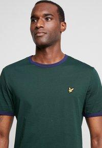 Lyle & Scott - RINGER TEE - T-Shirt print - jade green/navy - 3