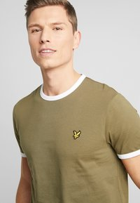 Lyle & Scott - RINGER TEE - T-Shirt basic - lichen green/white - 4
